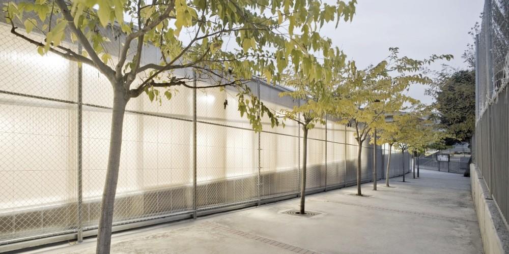Gallery of school gym 704 h arquitectes 2 for Gimnasio 704 h arquitectes
