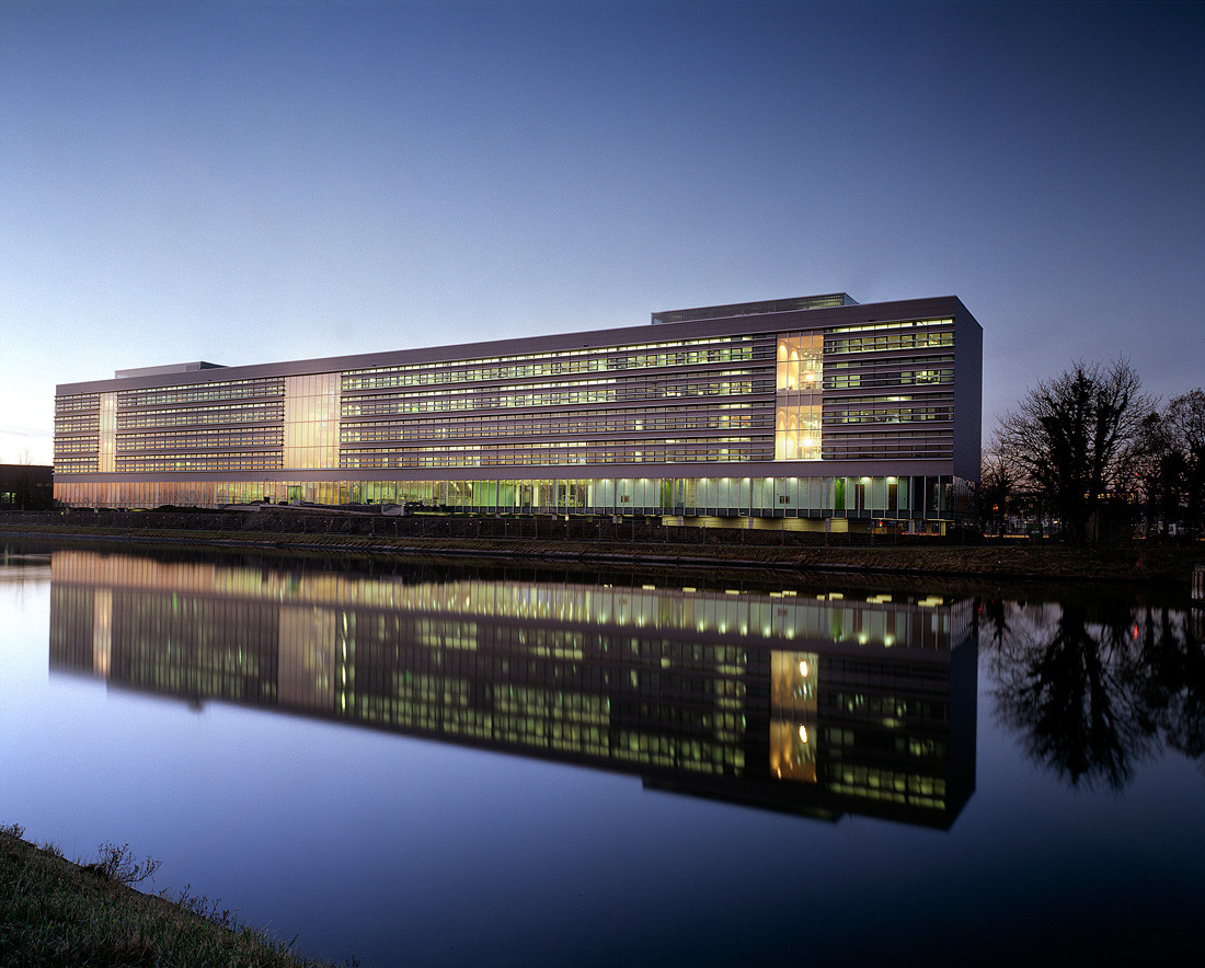 Office building rijkswaterstaat paul de ruiter archdaily for Office building architecture