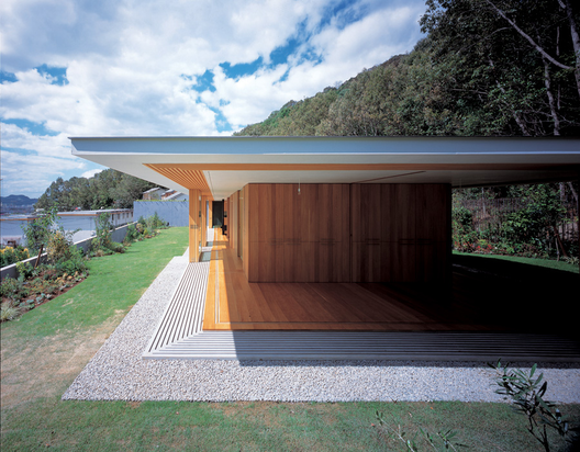 Floating roof house tezuka architects archdaily - The dune house the floating roof ...