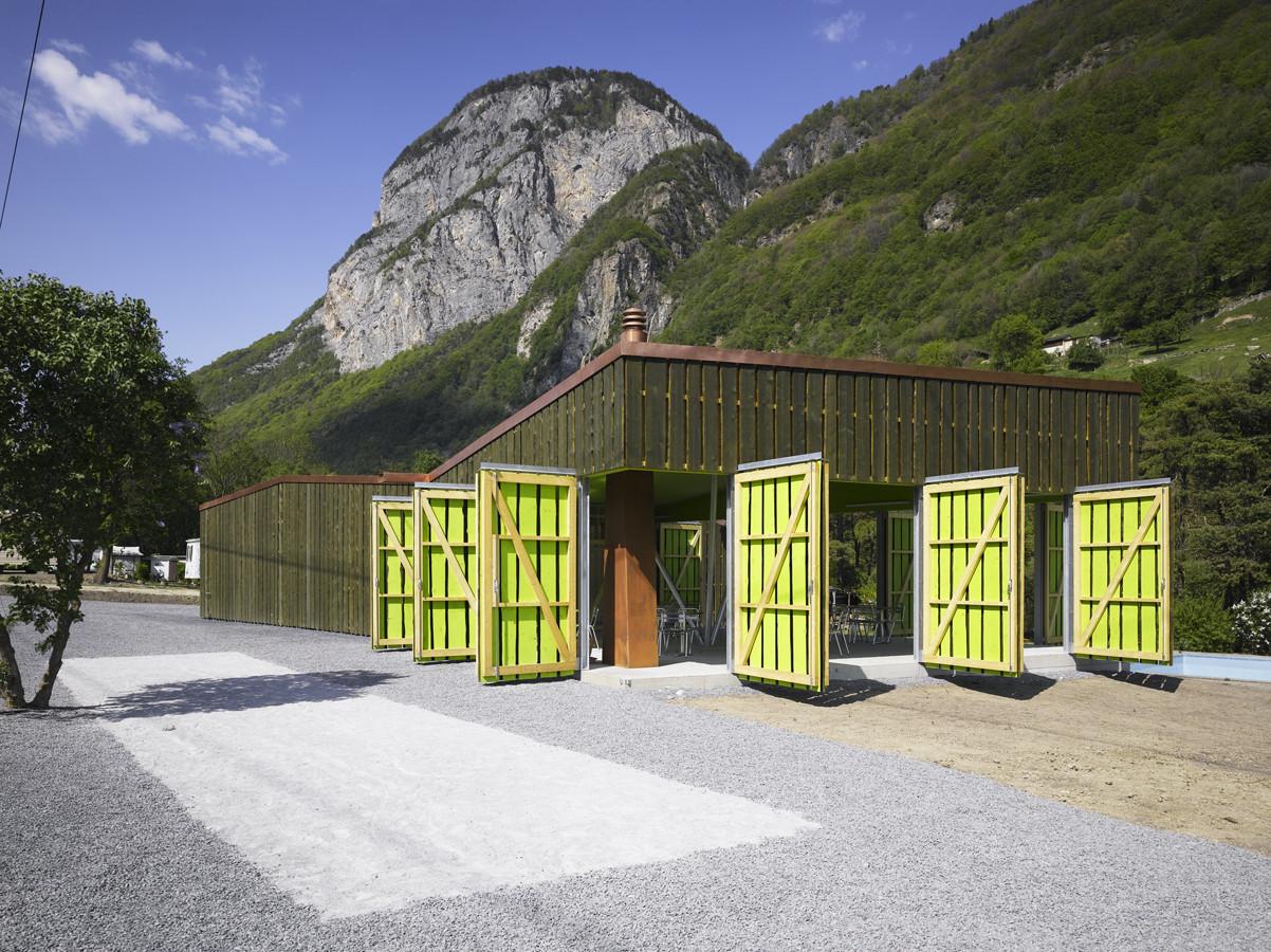 Camping Bois-noir Guest Facilities / Bonnard Woeffray Architectes, © Hannes Henz