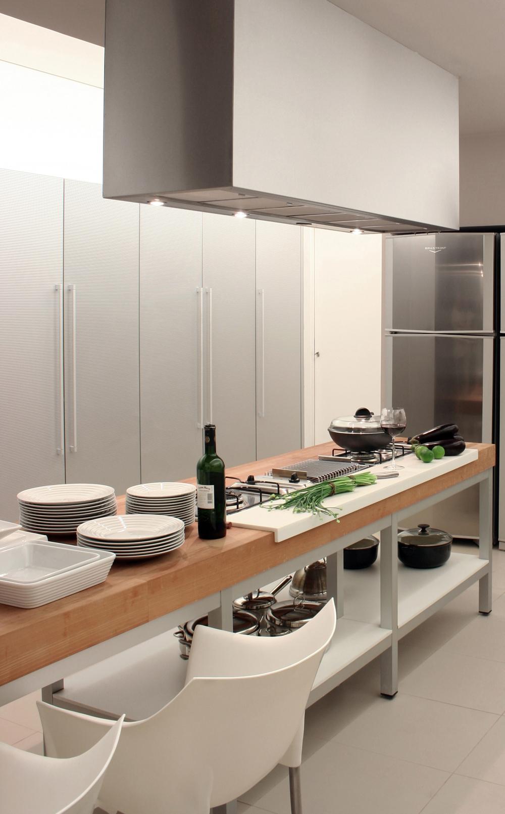 Gallery of bl house studio guilherme torres 4 for Modern minimalist kitchen interior design