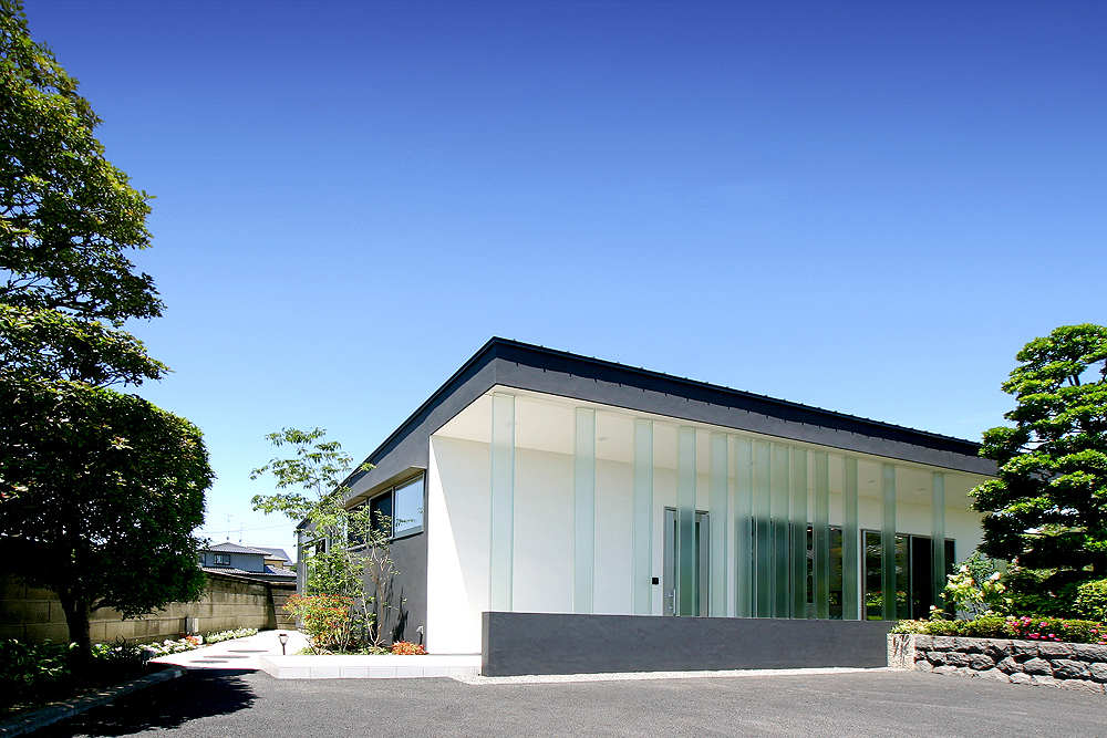 House With Glass Louvers Studiogreenblue Archdaily
