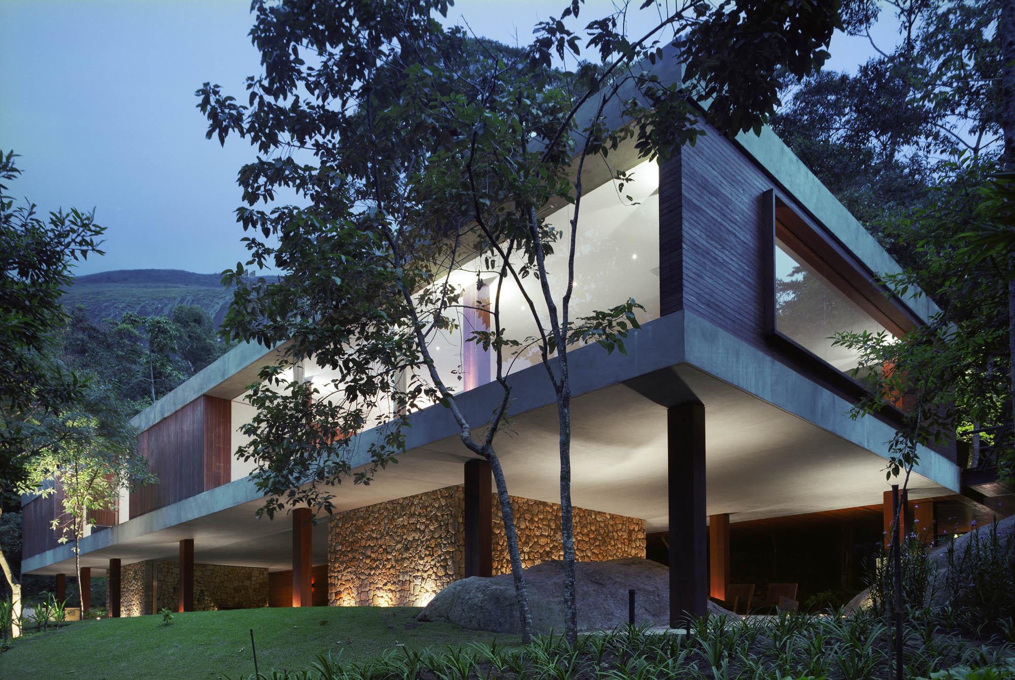 Br house marcio kogan archdaily for Modern house on stilts