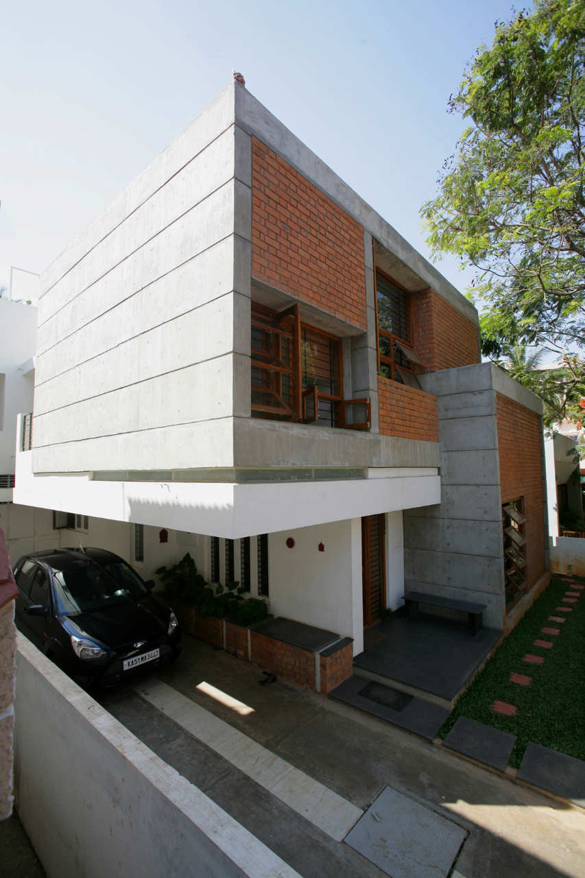 Sharma house kamat and rozario architecture archdaily for Building house with side views