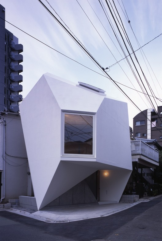 Reflection of mineral atelier tekuto archdaily for Small japanese house design in tokyo by architect yasuhiro yamashita