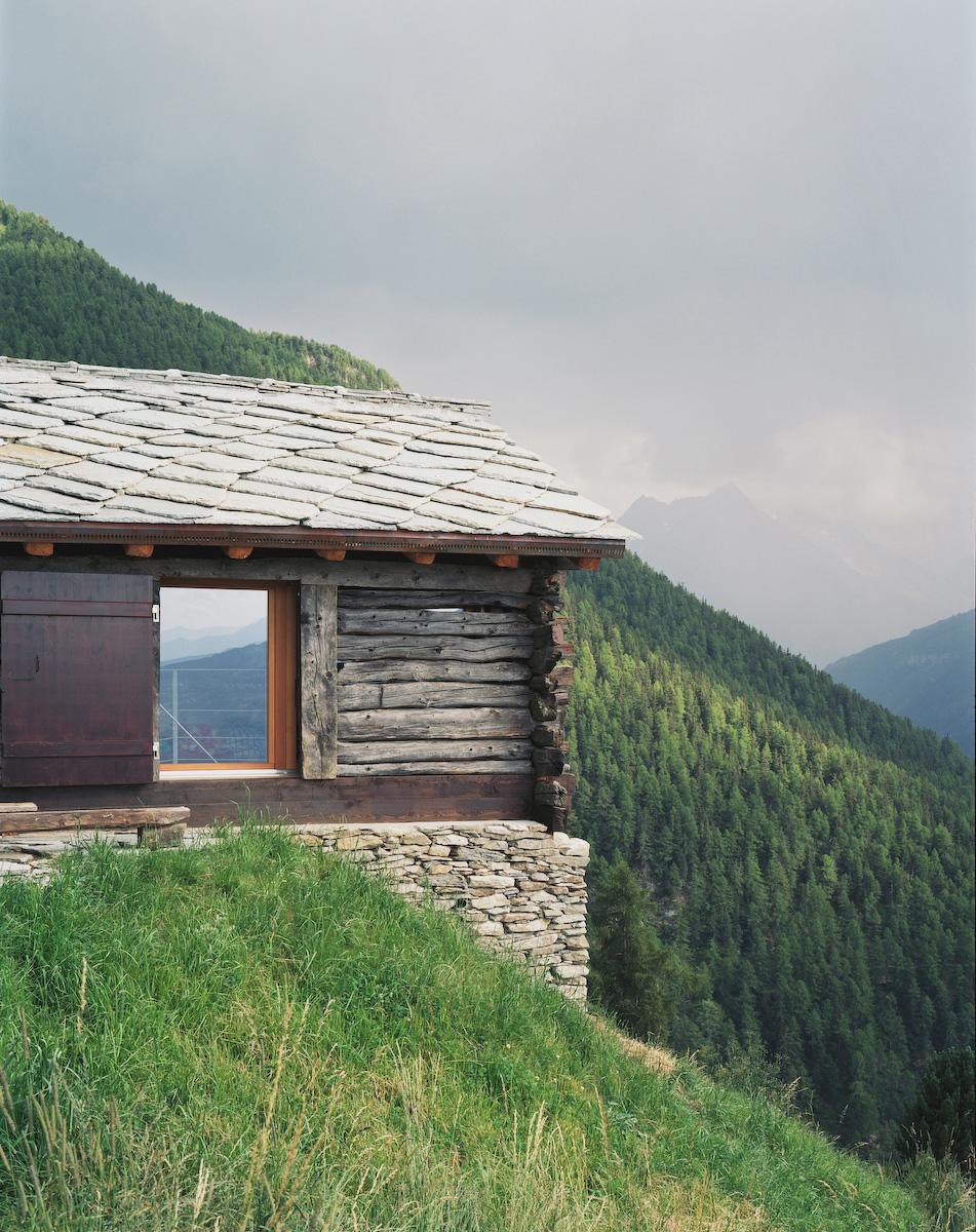 shelter in the swiss alps personeni raffaele sch rer architectes archdaily. Black Bedroom Furniture Sets. Home Design Ideas