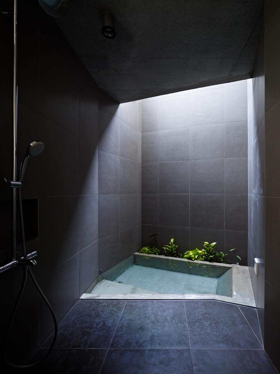 Gallery of sky garden house keiji ashizawa design 7 for Bathroom decor garden tub