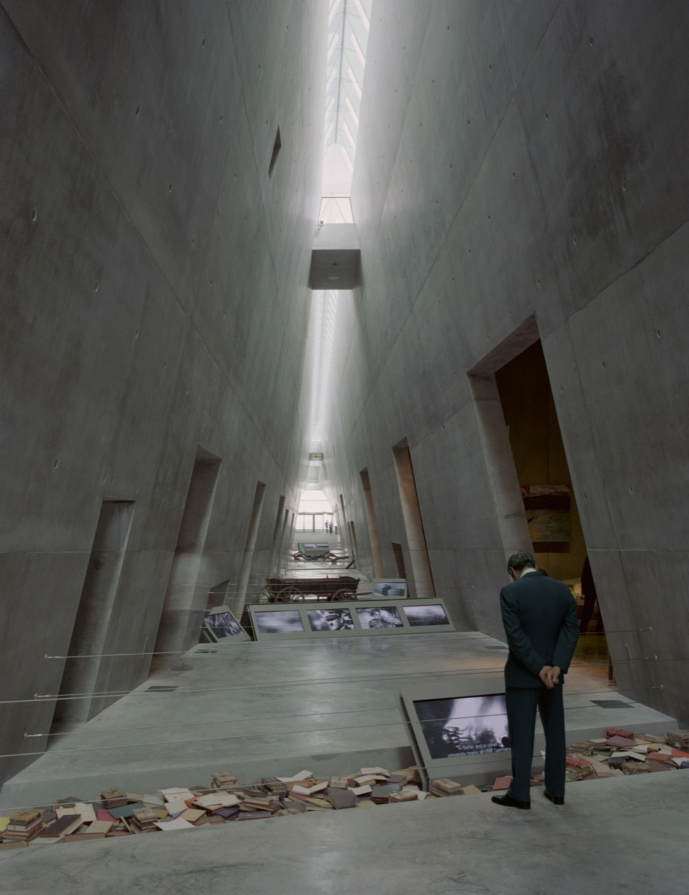 Flashback: Yad Vashem Holocaust Museum / Safdie Architects ...