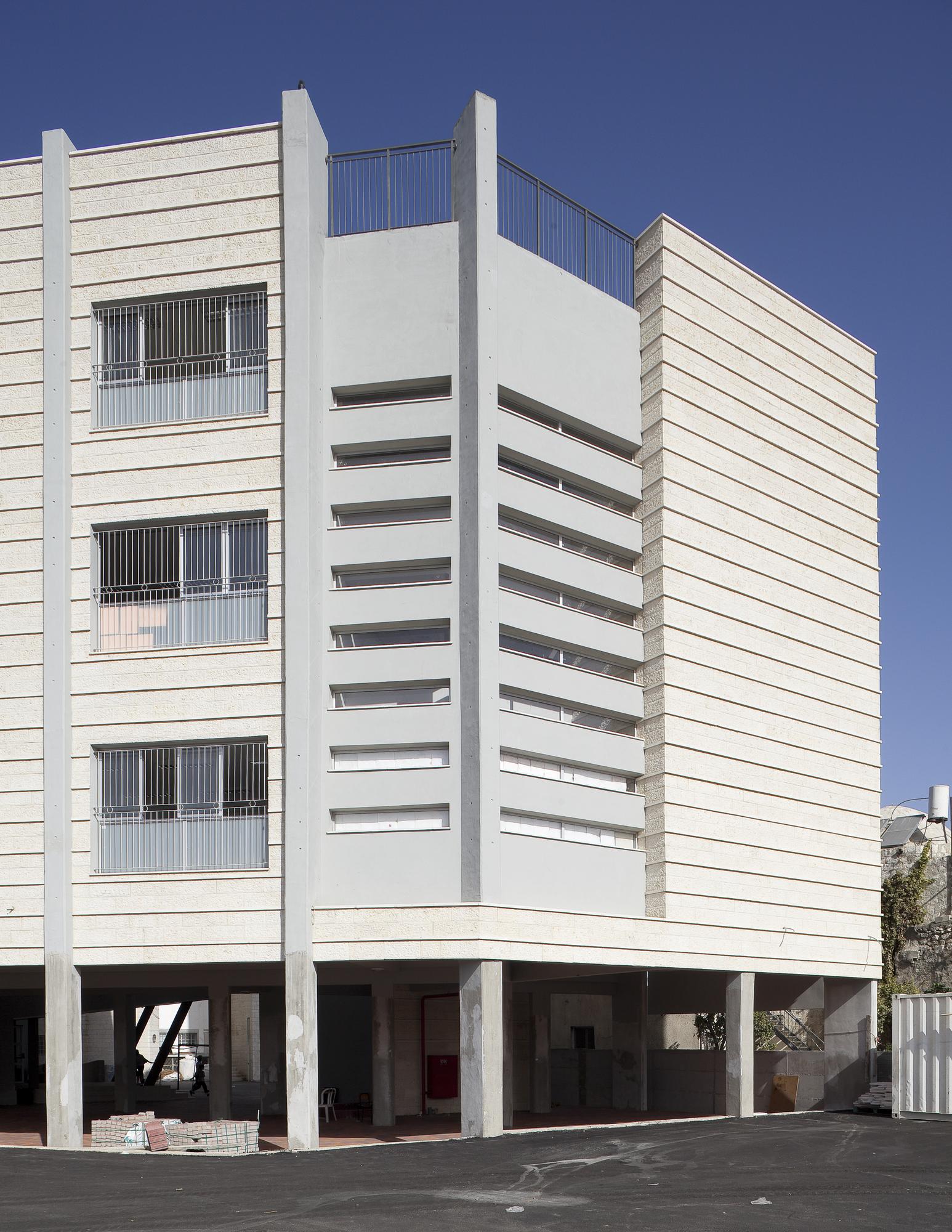 Orthodox School in Remle / Dan and Hila Israelevitz Architects