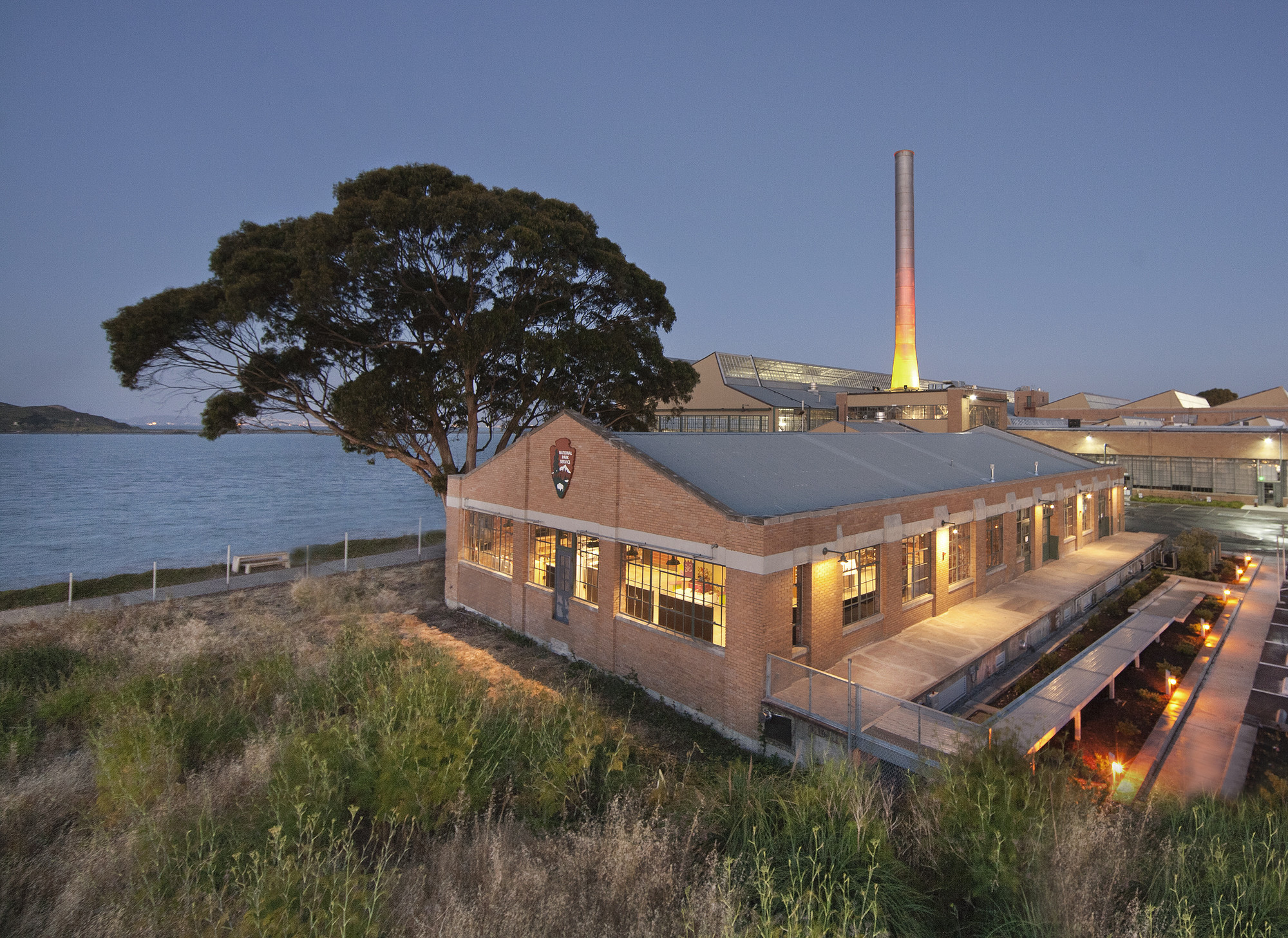 Rosie the Riveter Visitor Center / Marcy Wong Donn Logan Architects, © Billy Hustace