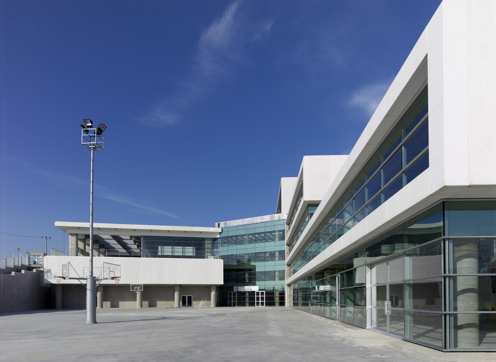 Auotmative Industry Exporters Union Technical and Industrial High School / Oficina Asma Bahçeleri Houses