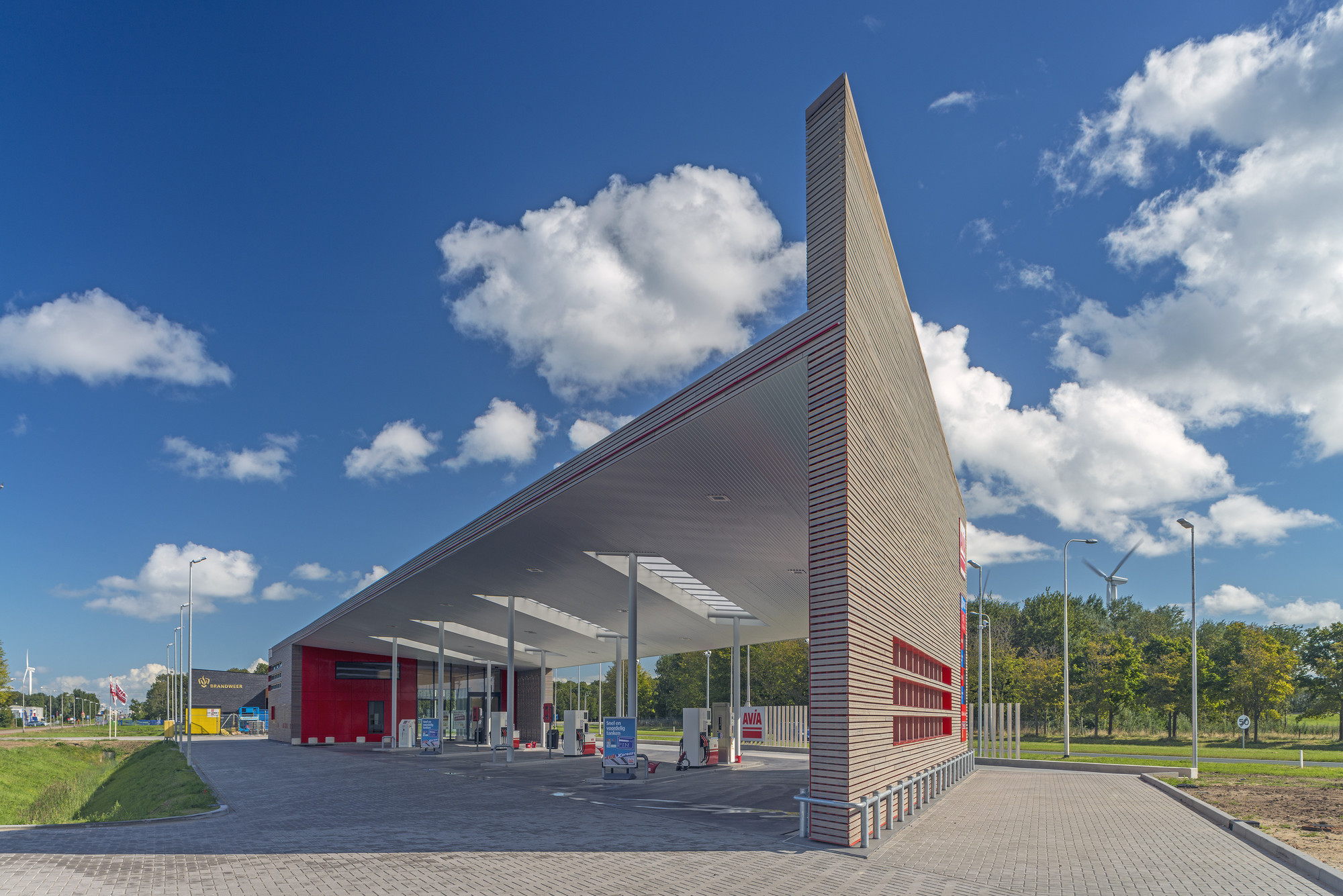 Sustainable Gas Station Avia Marees / Knevel Architecten, © John Lewis Marshall