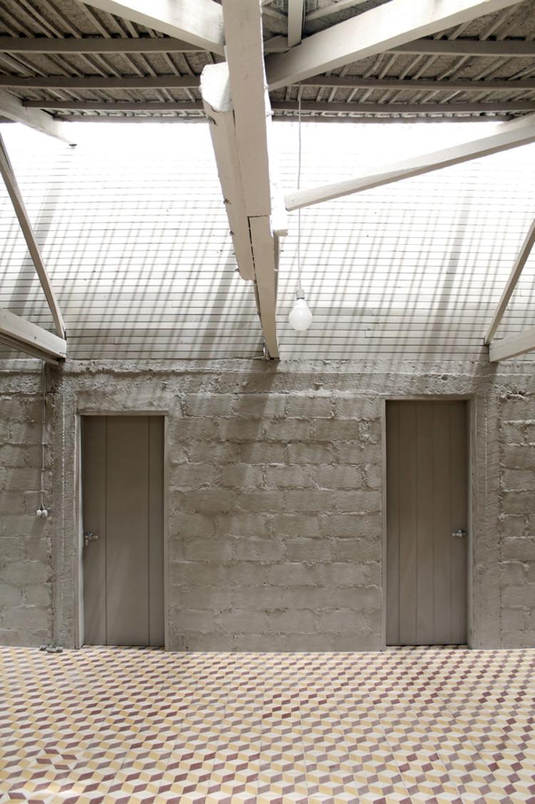 Ladrillos, bloques y otros elementos abandonados y parches / al bordE, © Francisco Suarez, Karina Barragán y AL BORDE