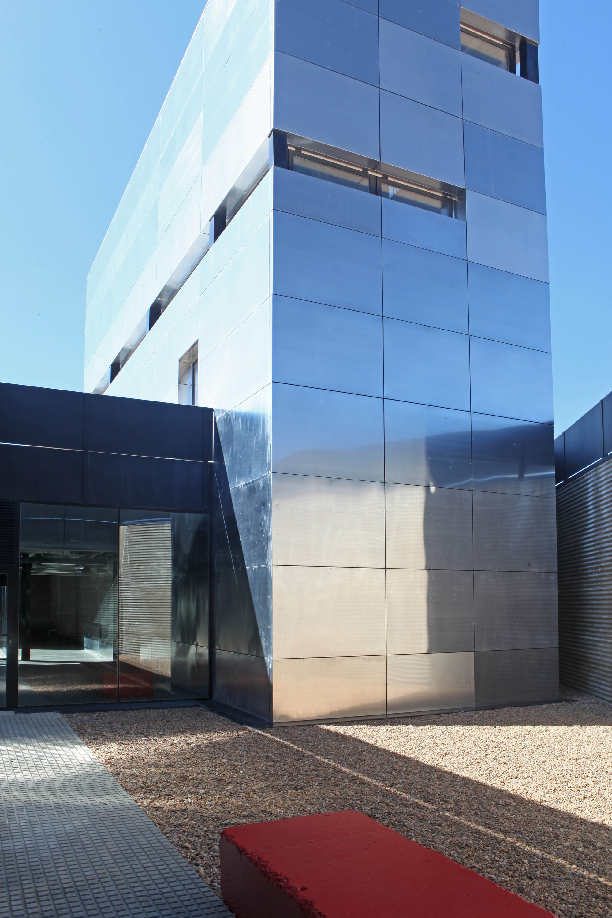 Multi-Purpose Building For Central Termosolar Astexol-2 / Sáenz De Oiza Arquitectos