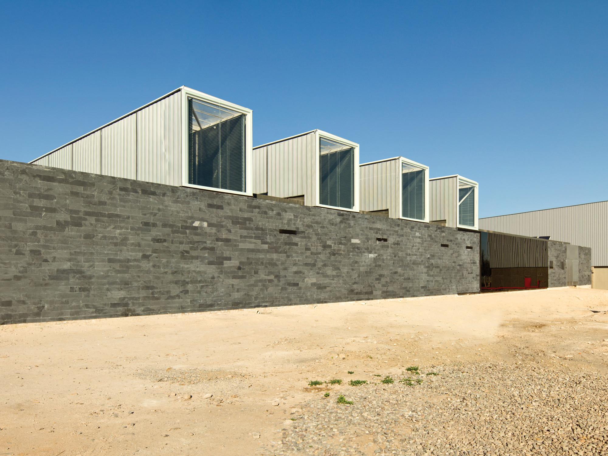 Dining-Multi Room, Iron Mountain / Polidura + Talhouk Arquitectos