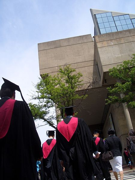 Gund Hall (home of the Graduate School of Design) during Harvard Graduation. Year 2007. Photo CC <a href='https://creativecommons.org/licenses/by-sa/3.0/'>Wikimedia</a> User Tebici.