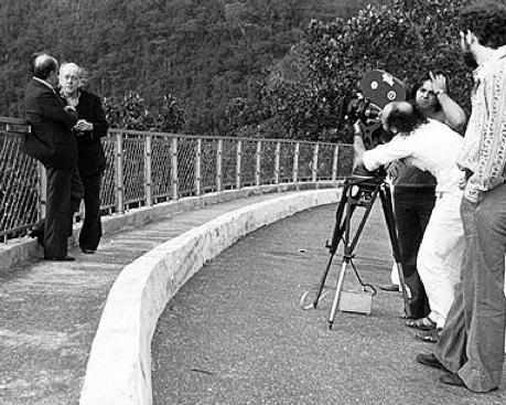 Oscar Niemeyer y Vinicius de Moraes siendo fotografiado por Jose Sette