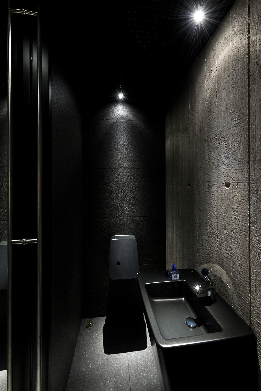 Gallery of an autograph among the pine trees - Deco toilette noir et blanc ...