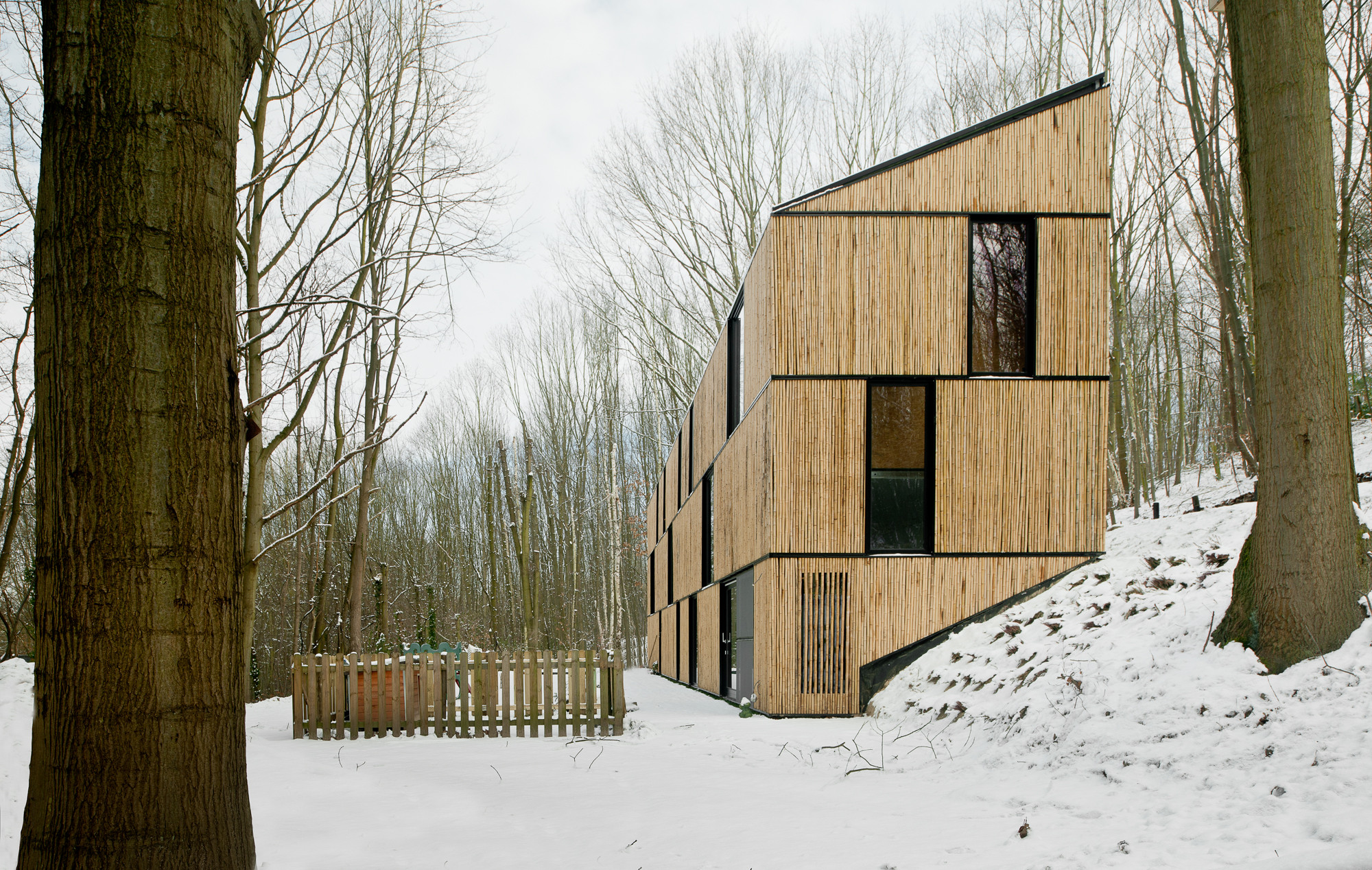 Low Energy Bamboo House / AST 77 Architecten