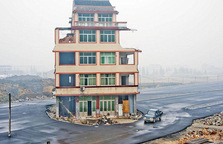 China: Una casa en medio de una autopista, vía Plataforma Urbana