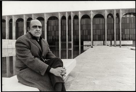 Oscar Niemeyer frente al Palazzo Mondadori. Foto via Mondadori.com