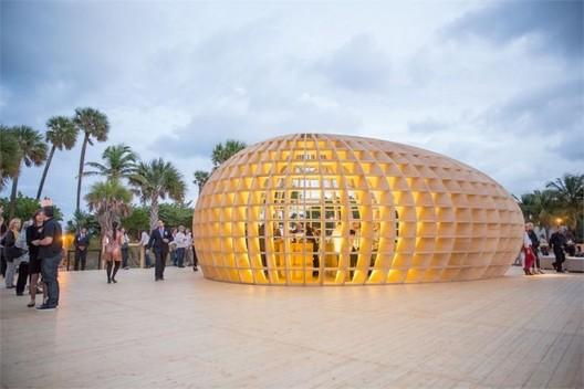 Instalación The Güiro por Los Carpinteros, © vía contemporist
