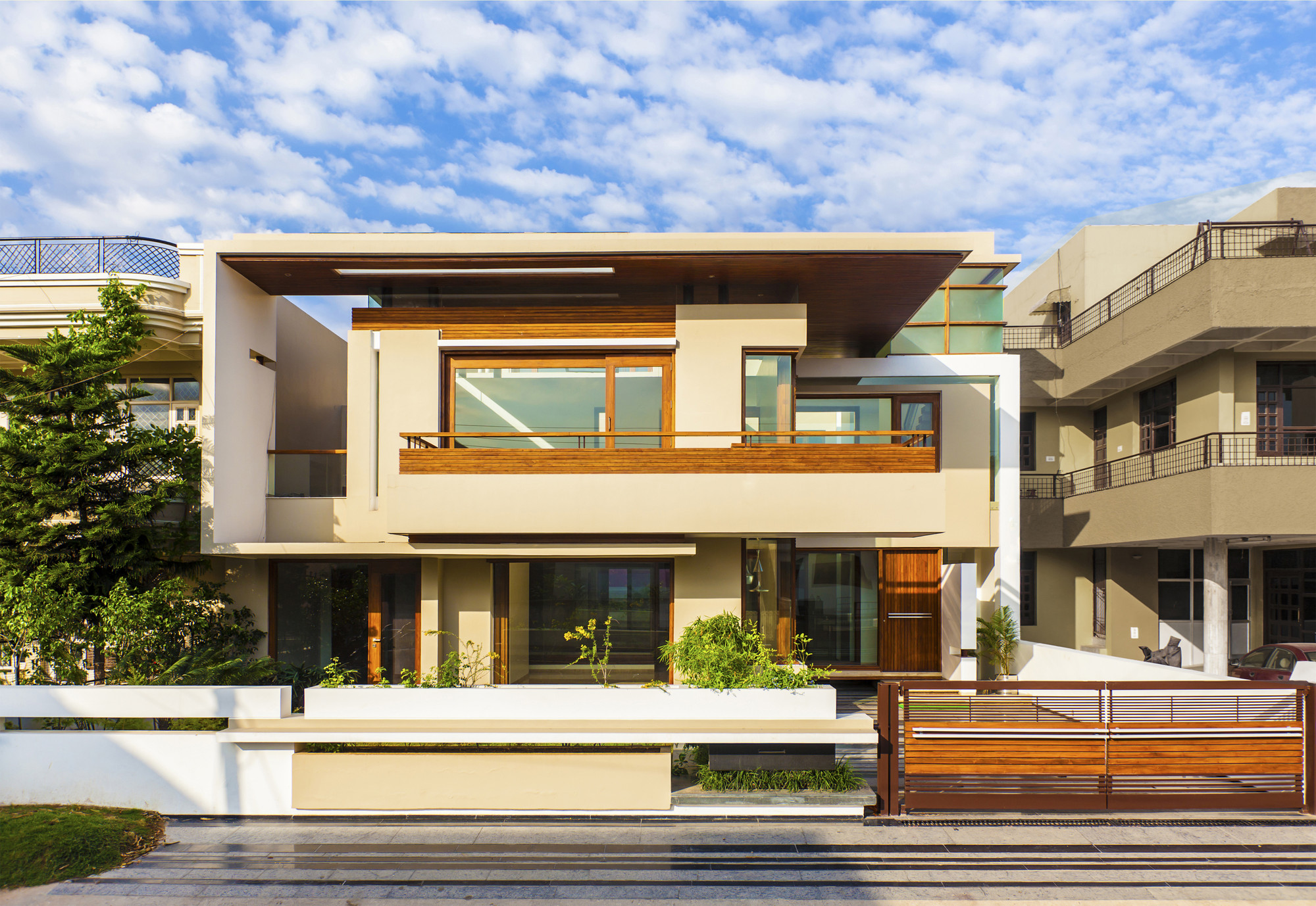 Twin Courtyard House / Charged Voids