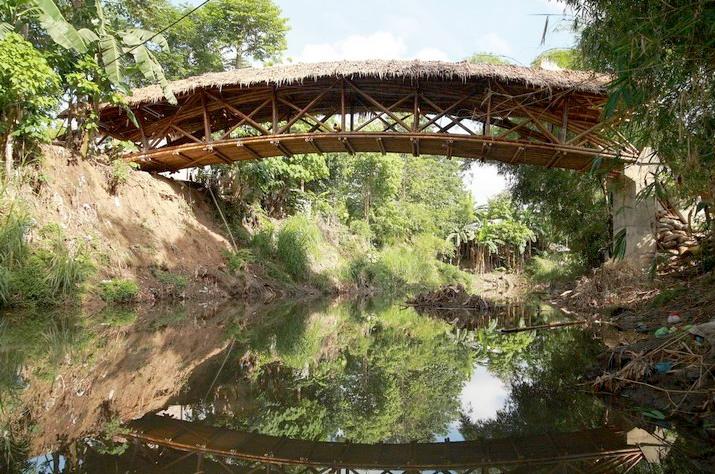 Puente Peatonal de Bambú es construído por la comunidad de Davao, Filipinas, © Andrea Fitrianto