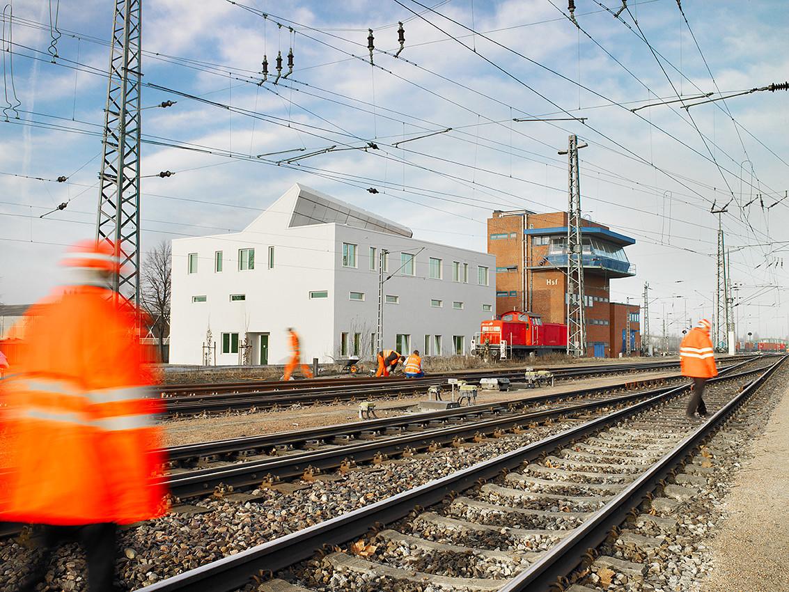 Railway Service Building / blauraum