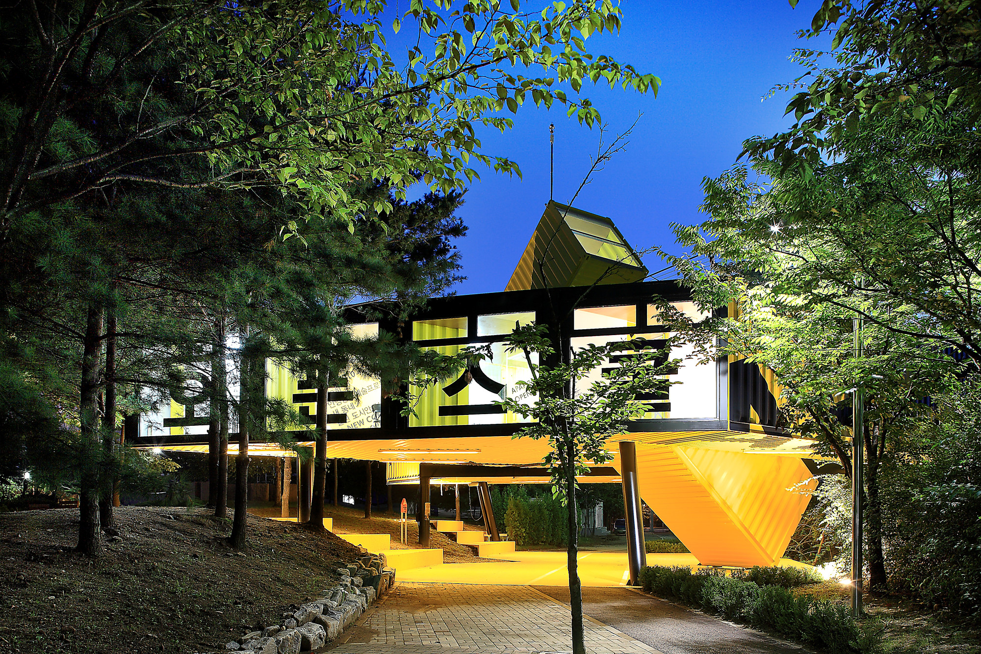 APAP OpenSchool / LOT-EK Architecture & Design