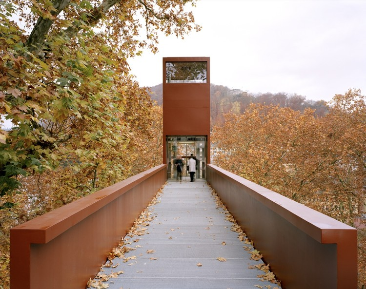 Puente Peatonal y Ascensor Limmat / Leuppi & Schafroth Architekten, © Roger Frei