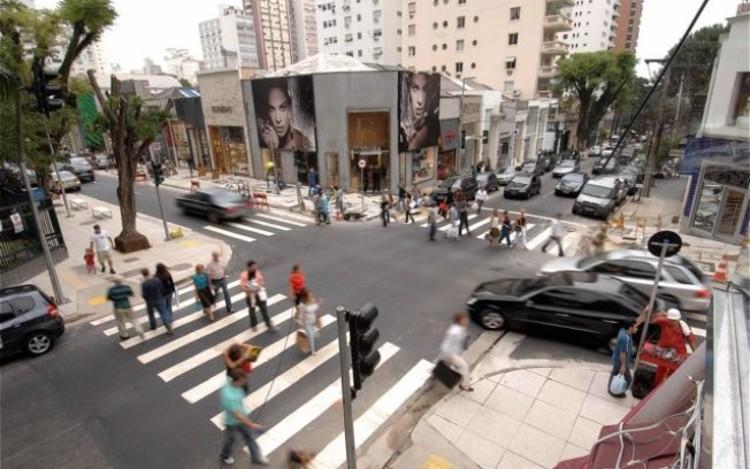 São Paulo terá projeto de recuperação de calçadas e fiação elétrica subterrânea, Rua Oscar Freire após obras para enterrar a fiação. Via IG