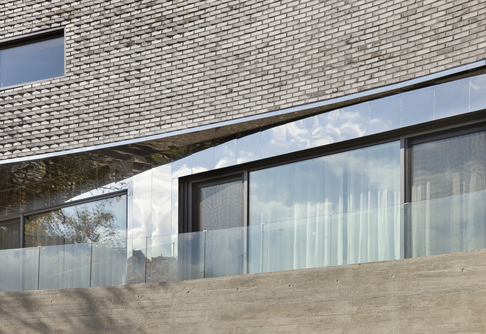 The Curving House / JOHO Architecture