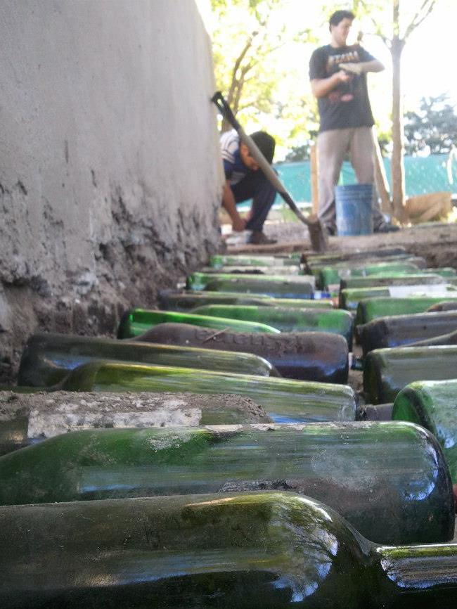 """Proyecto """"Hogar Dulce Hogar"""" construye y repara viviendas en base al reciclaje de botellas en Buenos Aires, Argentina, Cortesia de Hogar Dulce Hogar"""