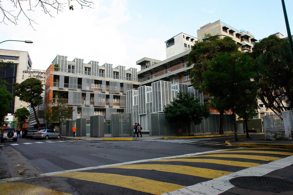 Escuela Municipal Carlos Soublette y Ambulatorio Bello Campo / ma+ micucci + arquitectos asociados, © MA+ / Oscar Pabón
