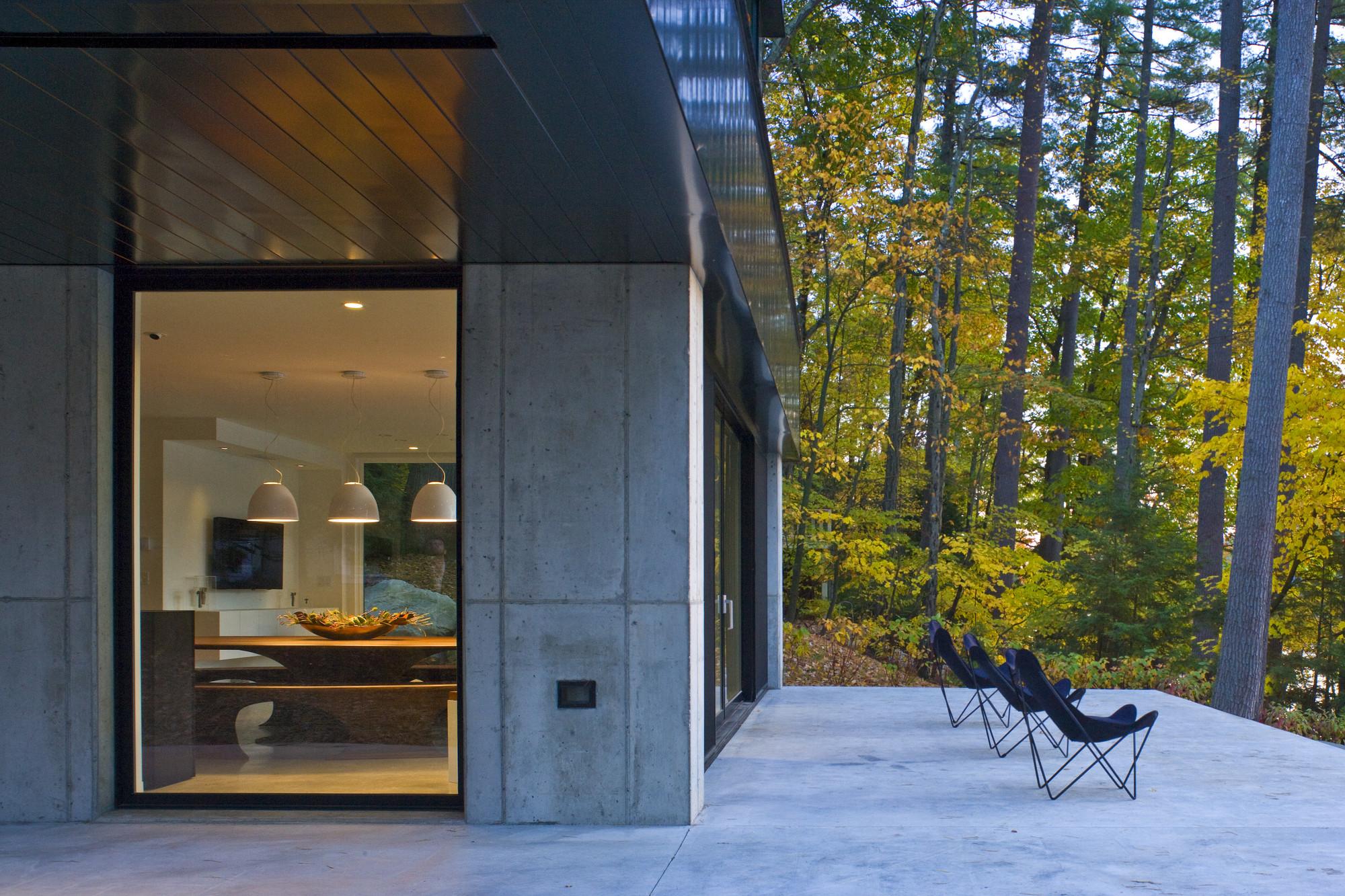 Cantilever Lake House / Birdseye Design