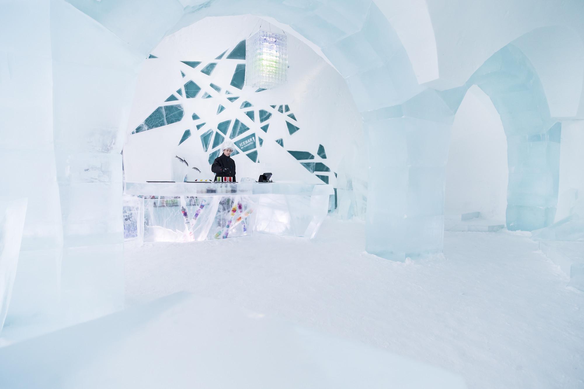 ICEBAR BY ICEHOTEL Jukkasjarvi - Photo © Paulina Holmgren