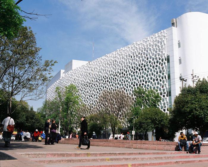 Fachada de cerámicas especializadas neutraliza la contaminación del aire en Ciudad de México , © Alejandro Cartagena