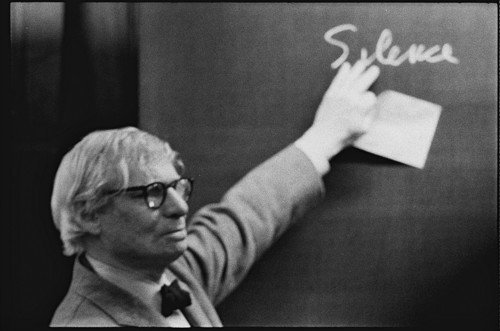 Louis I. Kahn during the lecture at the ETH Zurich. Photographs by Peter Wenger © Archives de la construction moderne – Acm, EPF Lausanne