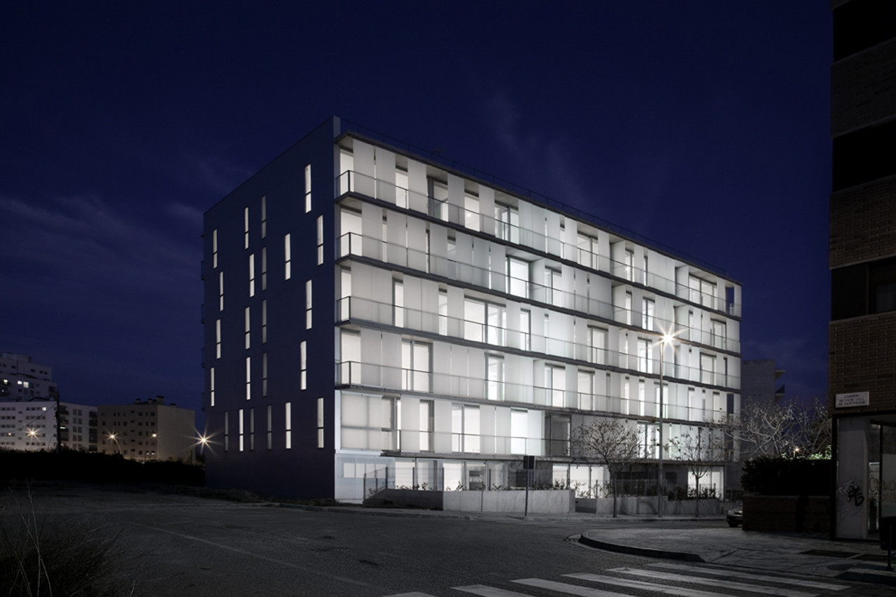 30 Unit Multifamily Housing Building / Narch