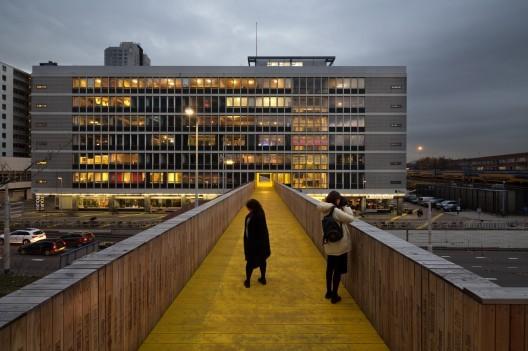 Luchtsingel, a crowdfunded bridge in Rotterdam. Image © Ossip van Duivebode
