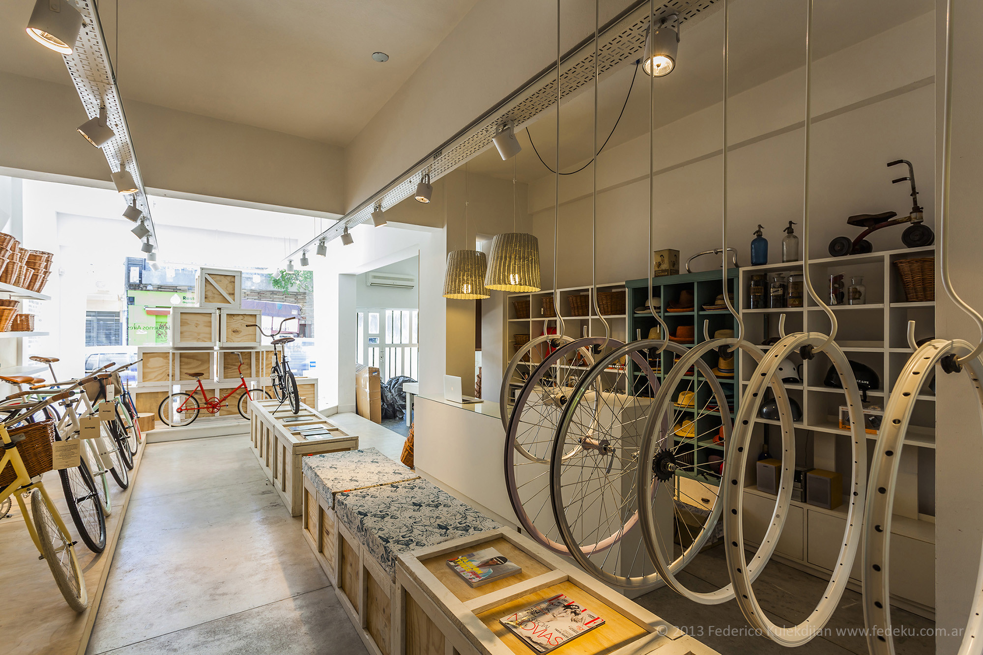 Galer a de monochrome bikes nidolab 5 - Decoracion de interiores vintage ...
