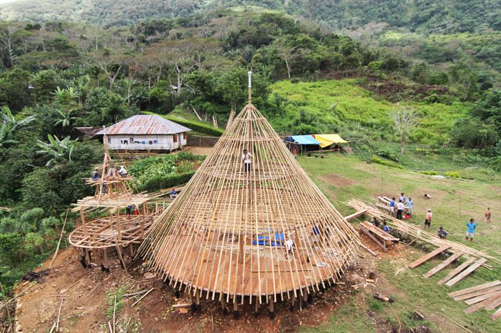 Arquitectos de Indonesia trabajan para preservar y reconstruir las tradicionales chozas cónicas Mbaru Niang, © Aga Khan