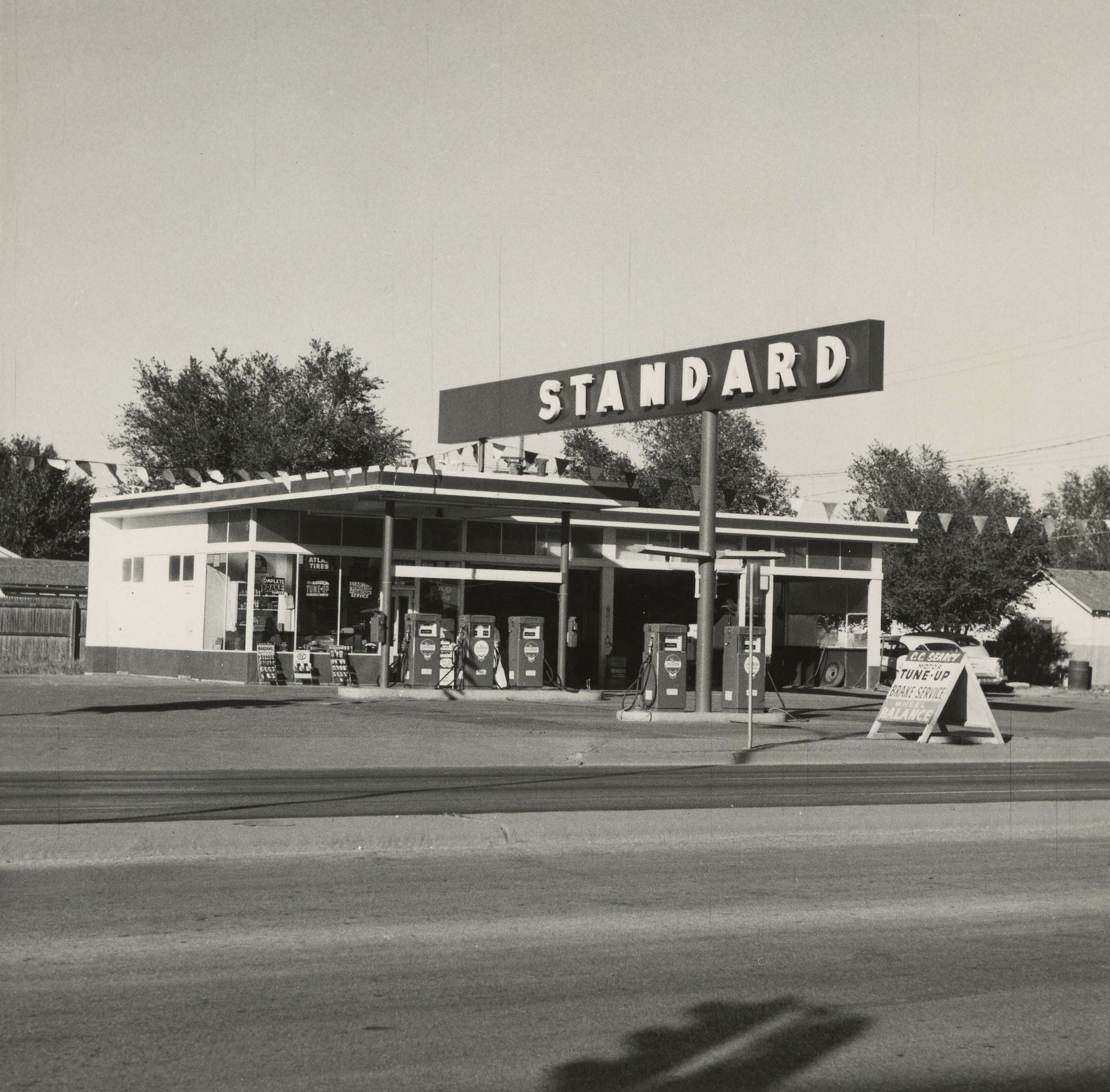 © Ed Ruscha-The J. Paul Getty Museum, Los Angeles / Standard, Amarillo, Texas, 1962