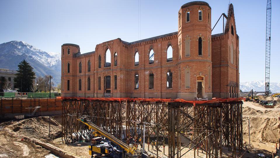 """Templo flotante: Iglesia de 100 años de antigüedad se """"levanta"""" 12 metros por sobre el terreno para su remodelación, © LDS Newsroom"""