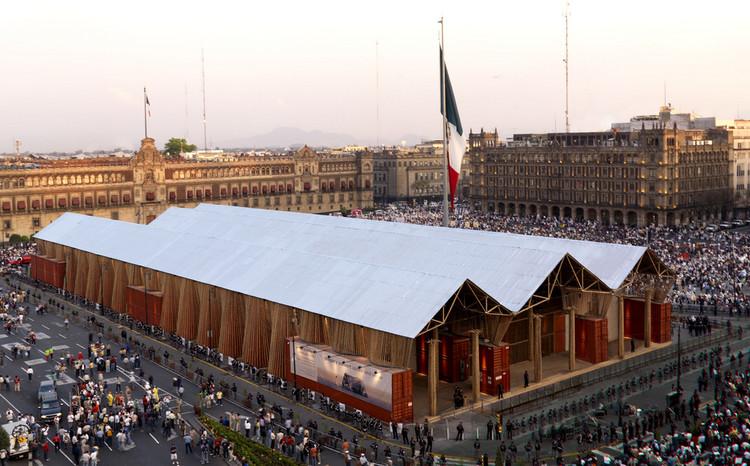 Museo Nómada en el Zócalo / Vía Flickr Usuario: BBC Worldservice. Used under <a href='https://creativecommons.org/licenses/by-sa/2.0/'>Creative Commons</a>