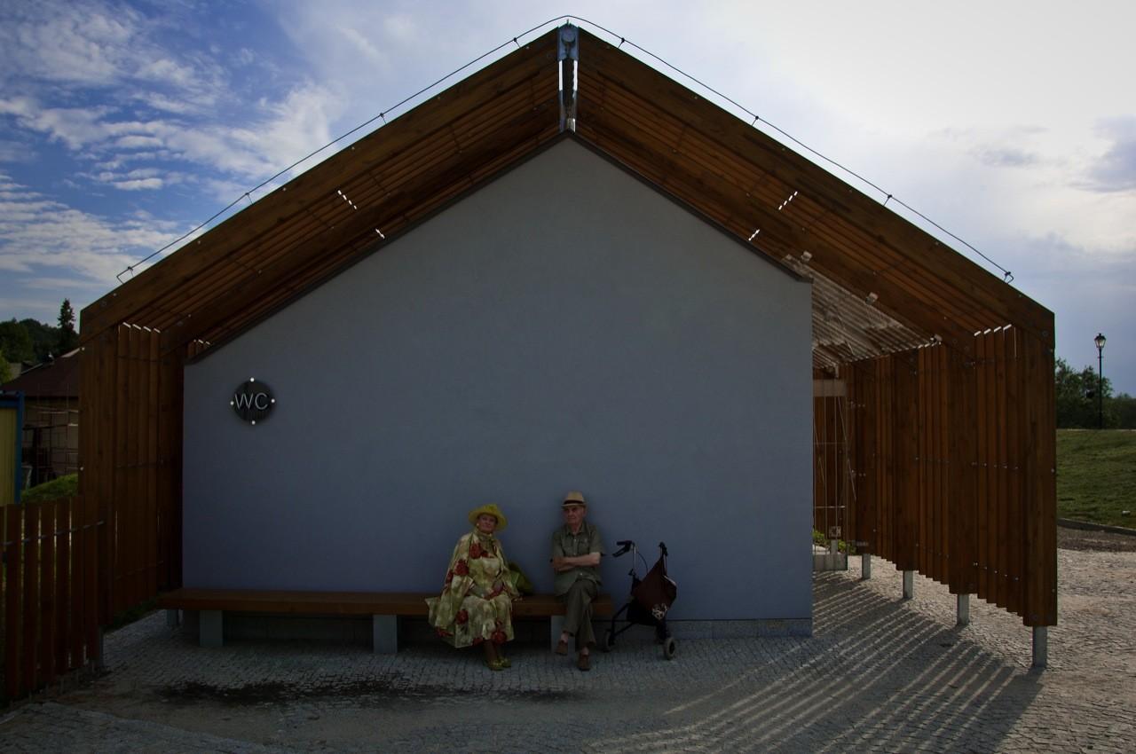 Galeria de Banheiros Públicos / Piotr Musialowski   Lukasz  #445C87 1280 850