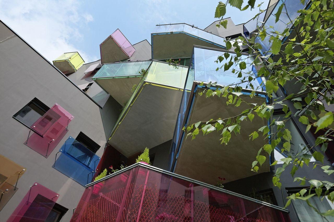 Необычный дом-калейдоскоп с разноцветными балконами построил.