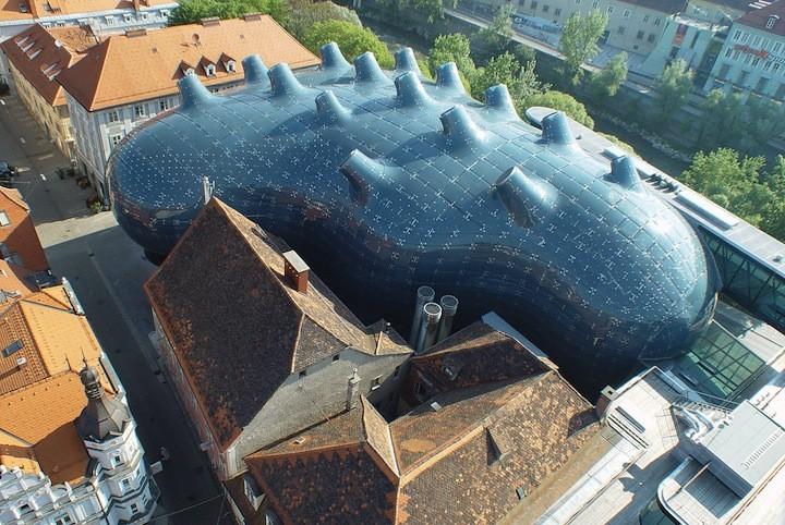 Museo Kunsthaus Graz genera su propia energía en base a paneles solares dispuestos en su superficie curva, © Eduardo Martinez, Nicolas Lackner, Christian Plach