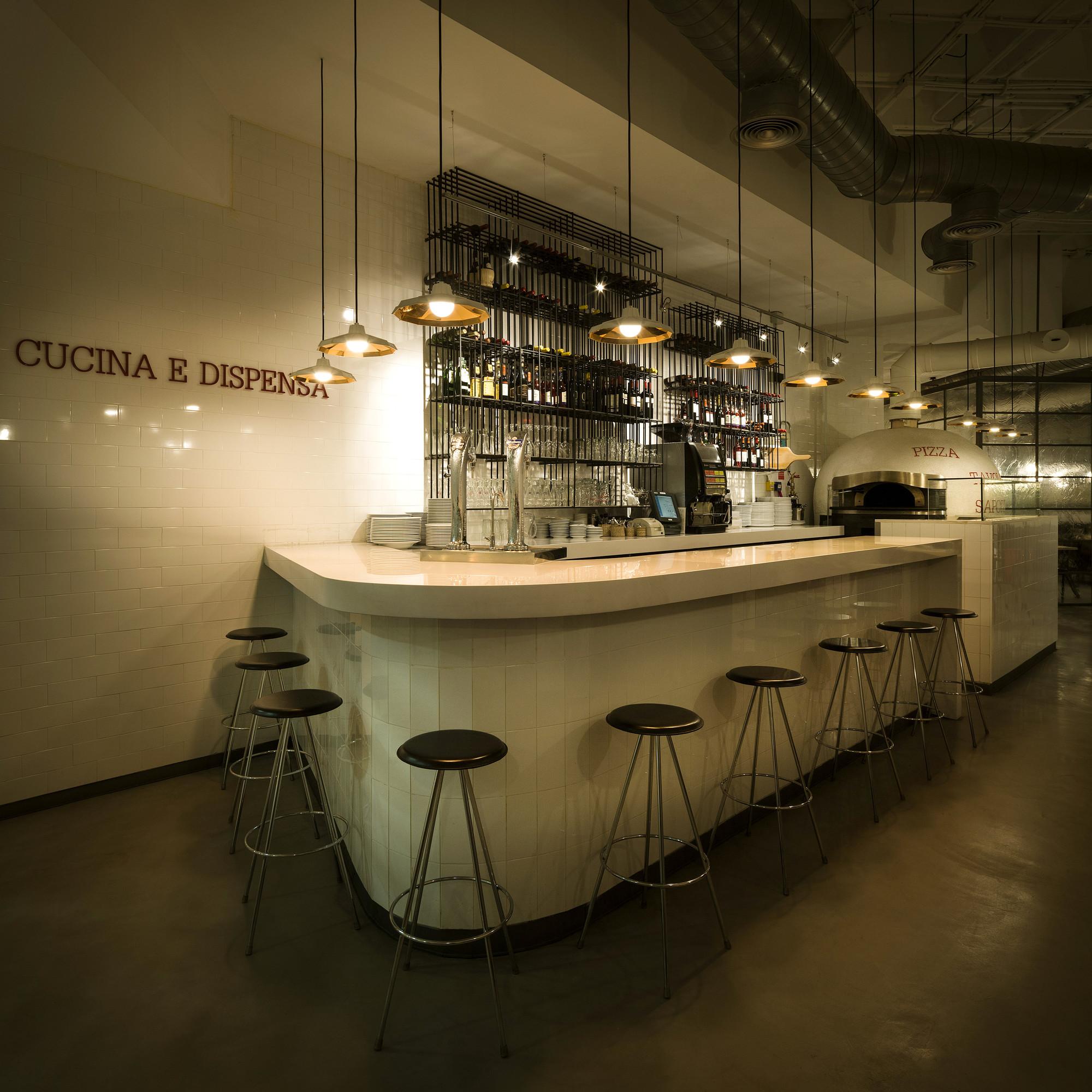 Galer a de restaurant ginos ilmiodesign 3 - Barras de bar iluminadas ...